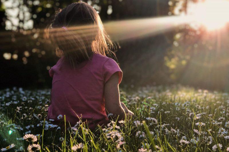 tanker om livet, jente sitter på gresset